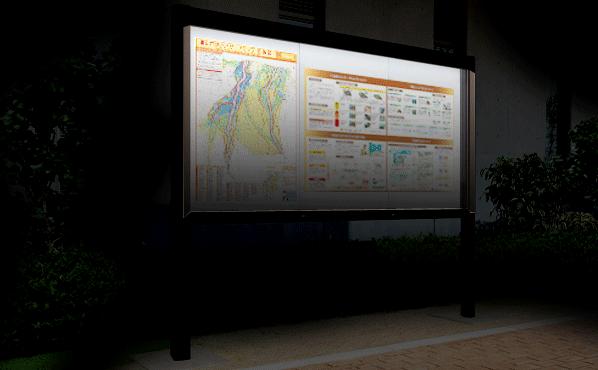装着したLED照明は空が薄暗くなると自動的に点灯しますので、夜間でも掲示板として活用することが出来ます。真夜中に災害が発生した場合など、LED照明が付いていることで避難所確認などもスムーズに行えます。